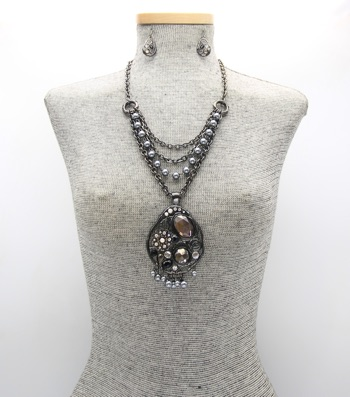 Layered Pearl Pendant Necklace Set